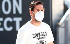 Những hình ảnh chưa từng thấy: Messi cùng dàn sao Barcelona đeo khẩu trang và găng tay tới sân tập