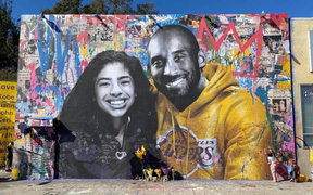 Những bức tranh tường tưởng niệm cố huyền thoại Kobe Bryant vẫn nguyên vẹn giữa các cuộc bạo loạn diễn ra ở thành phố Los Angeles