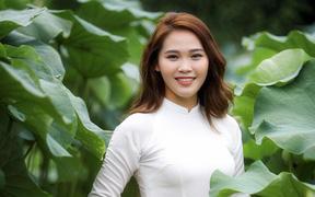 Người đẹp điền kinh Đinh Thị Bích nữ tính trong tà áo dài chụp bên hoa sen