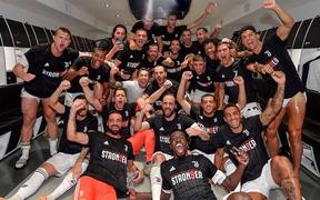 """Ronaldo cùng các đồng đội """"quẩy"""" tưng bừng sau khi thêm một lần lên ngôi tại Serie A"""