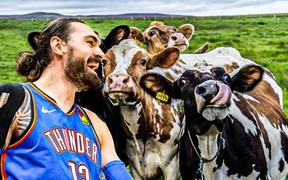 """Steven Adams bật mí cách giữ dáng tại gia trong thời dịch: """"Boxing out"""" cùng đàn bò và làm nông"""
