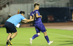 """Hài hước vòng 8 V.League 2020: Cầu thủ lao vào sân đòi """"ăn thua đủ"""", làm khổ ban huấn luyện"""