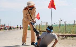 Hình ảnh CSGT gác việc, chạy tới chữa chuột rút cho runner trên đảo Lý Sơn gây ấn tượng