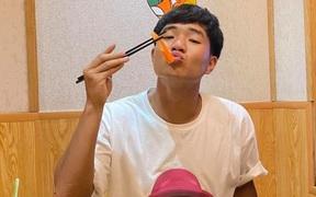 Lâu rồi mới thấy Hà Đức Chinh đăng ảnh hẹn hò cùng bạn gái: Lập cú đúp, đá hay là được thưởng ngay bằng bữa ăn sang chảnh