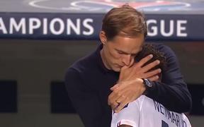 HLV PSG ôm hôn Neymar đầy cảm xúc sau màn lội ngược dòng khó tin trước Atalanta