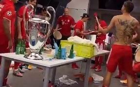 Bayern ăn mừng chức vô địch Champions League trên nền nhạc của một ca khúc thất tình