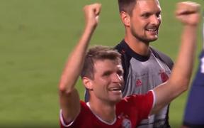 Khoảnh khắc trọng tài thổi còi hết giờ, cầu thủ Bayern Munich vỡ òa ăn mừng chức vô địch Champions League