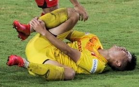 """HLV Park Hang-seo không cản nổi học trò đá quyết liệt dù đã """"cấm xoạc bóng"""" sau sự cố chấn thương"""