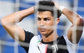 """Ghi bàn tằng tằng tại Serie A, Ronaldo vẫn """"toang"""" danh hiệu cá nhân cao quý vào tay người đàn em đẹp trai"""