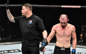 """Liên tục lên gối phạm quy vào chỗ hiểm của đối phương, """"lính mới"""" bị UFC thẳng tay cắt luôn hợp đồng"""