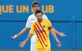 """Bị kèm cực """"gắt"""", Messi nổi cáu với cầu thủ vô danh"""