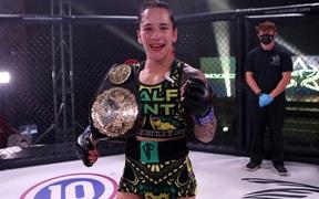 Alesha Zappitella trở thành nhà vô địch MMA thế giới mới sau khi đánh bại đối thủ bằng đòn khóa hiếm gặp