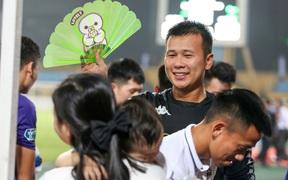 Hình ảnh đàn anh Duy Mạnh cần mẫn đứng quạt cho vợ và con gái, mặc kệ đồng đội ở Hà Nội FC ăn mừng