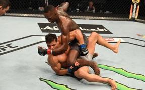 Israel Adesanya hạ đo ván đối thủ bất bại Paulo Costa, bảo vệ thành công chiếc đai vô địch UFC