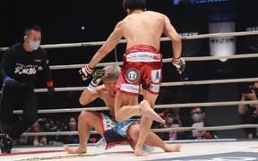 """Tung cú """"sút bóng"""" vào đầu đối thủ, võ sĩ giành về chiếc đai vô địch thế giới"""