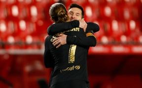 Messi và Griezmann thi nhau ghi bàn tinh tế, Barca thắng hoành tráng 4-0