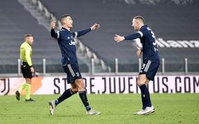 Ronaldo ghi bàn, Juventus thắng nhọc những phút cuối dù được chơi hơn người