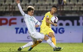 """Mặt sân Vinh bị chê """"rất tệ"""" sau trận Bình Định hoà SLNA ở V.League 2021"""