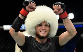 Em họ của Khabib ra mắt ấn tượng tại UFC, khóa bất tỉnh đối thủ ngay ở hiệp 2