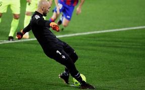 Đội bóng La Liga chơi lớn, cho thủ môn lên sút phạt đền