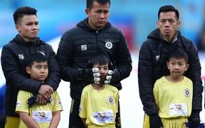 Dân mạng ném đá BTC trận siêu cúp Quốc gia vì để 2 em nhỏ mặc quần ngắn, áo cộc tay ra sân giữa trời rét buốt