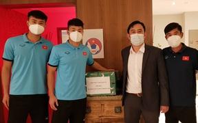 Đại diện Đại sứ quán Việt Nam tại UAE tặng quà động viên ĐT U23 Việt Nam