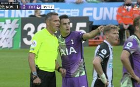 Trận đấu tại NHA tạm hoãn vì CĐV gặp vấn đề tim mạch, 3 cầu thủ Tottenham có hành động khiến tất cả nể phục