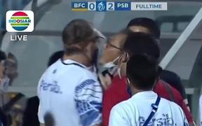 Giám đốc điều hành của đội bóng Indonesia phun mưa vào mặt HLV đối thủ