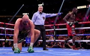"""Xin lỗi Joe Rogan, trọng tài chính không sai khi """"đếm chậm"""" vào thời điểm Tyson Fury bị Deontay Wilder đánh ngã"""