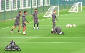 Bị xỏ háng, Neymar ê mặt, chạy tới sút ngã đồng đội