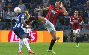 Ibrahimovic chơi cao chân khiến đối thủ chảy máu đầu, phải băng bó khắp trán