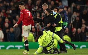 Ronaldo giật mình khi bị fan cuồng lao vào sân túm áo