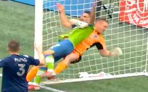 Thủ môn túm cổ đối thủ rồi vật ngã ra sân, quyết định của trọng tài khiến tất cả phải bất ngờ