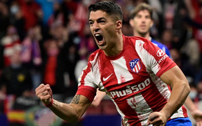 Suarez hóa người hùng giúp Atletico Madrid hòa hú vía Real Sociedad