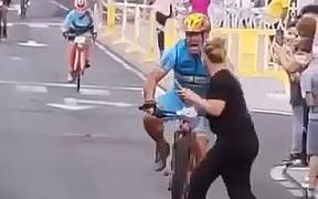 Cô gái khiến anh chàng đua xe đạp ngã đập đầu xuống đường, mất chiến thắng và mất luôn trí nhớ, xem video mà vừa tức vừa thương