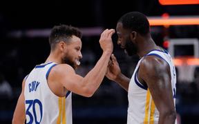 """Golden State Warriors """"dạo chơi"""" trước Charlotte Hornets trong ngày Draymond Green lập kỉ lục cá nhân"""