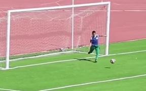 Bóng đang lăn vào lưới trống, ball boy bất ngờ lao vào sân phá đám và cái kết khiến đối thủ ức chế cực độ