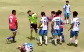 Lên cơn cục tính, cầu thủ đấm trọng tài chảy máu mũi khiến trận đấu kết thúc ở phút 73