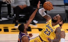 """LeBron James sắm vai """"nội trợ"""", Los Angeles Lakers vẫn thua trận ngay trên sân nhà"""
