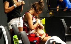 Nét đẹp thể thao: Cảm động khoảnh khắc nữ cầu thủ bóng rổ vừa thi đấu vừa chăm con