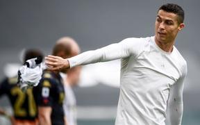Ronaldo bỏ lỡ cơ hội khó tin, gây tranh cãi khi ném phăng áo đấu của Juventus