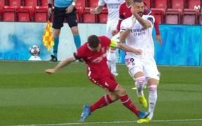 Cận cảnh pha tắc bóng kinh hãi của lão tướng Liverpool với Benzema và màn trả đũa sau đó