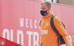 Fan MU bất bình vì cách đội nhà chúc mừng sinh nhật Van de Beek