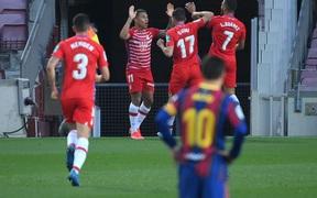 Koeman nhận thẻ đỏ, Barcelona thua ngược trước Granada dù Messi mở tỷ số