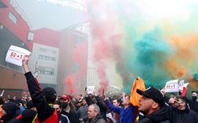 Nóng: Trận derby nước Anh bị hoãn vì fan cuồng MU bạo loạn