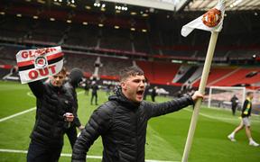 Hàng nghìn fan MU tràn vào phá sân Old Trafford, biểu tình chống giới chủ người Mỹ