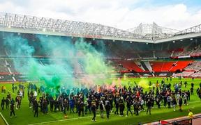 MU đứng trước nguy cơ bị trừ điểm sau khi để fan làm loạn ở Old Trafford