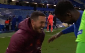Hazard thoả sức cười đùa với đối thủ dù bị loại khỏi Champions League