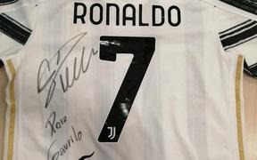 Ronaldo phản ứng đầy nghĩa hiệp khi biết tấm băng đội trưởng của mình được đem bán