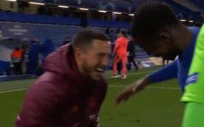 """Hazard lên tiếng xin lỗi vì cười đùa """"quá trớn"""" với cầu thủ Chelsea"""